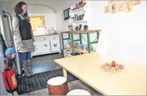Bauwagen Willi ist innen gemütlich eingerichtet und hat auch einen Ofen, der im kalten Winter beim Mittagessen einheizt.