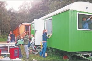 Mit viel Engagement haben die Eltern des Waldkindergartens den bei Ebay erworbenen Bauwagen renoviert.