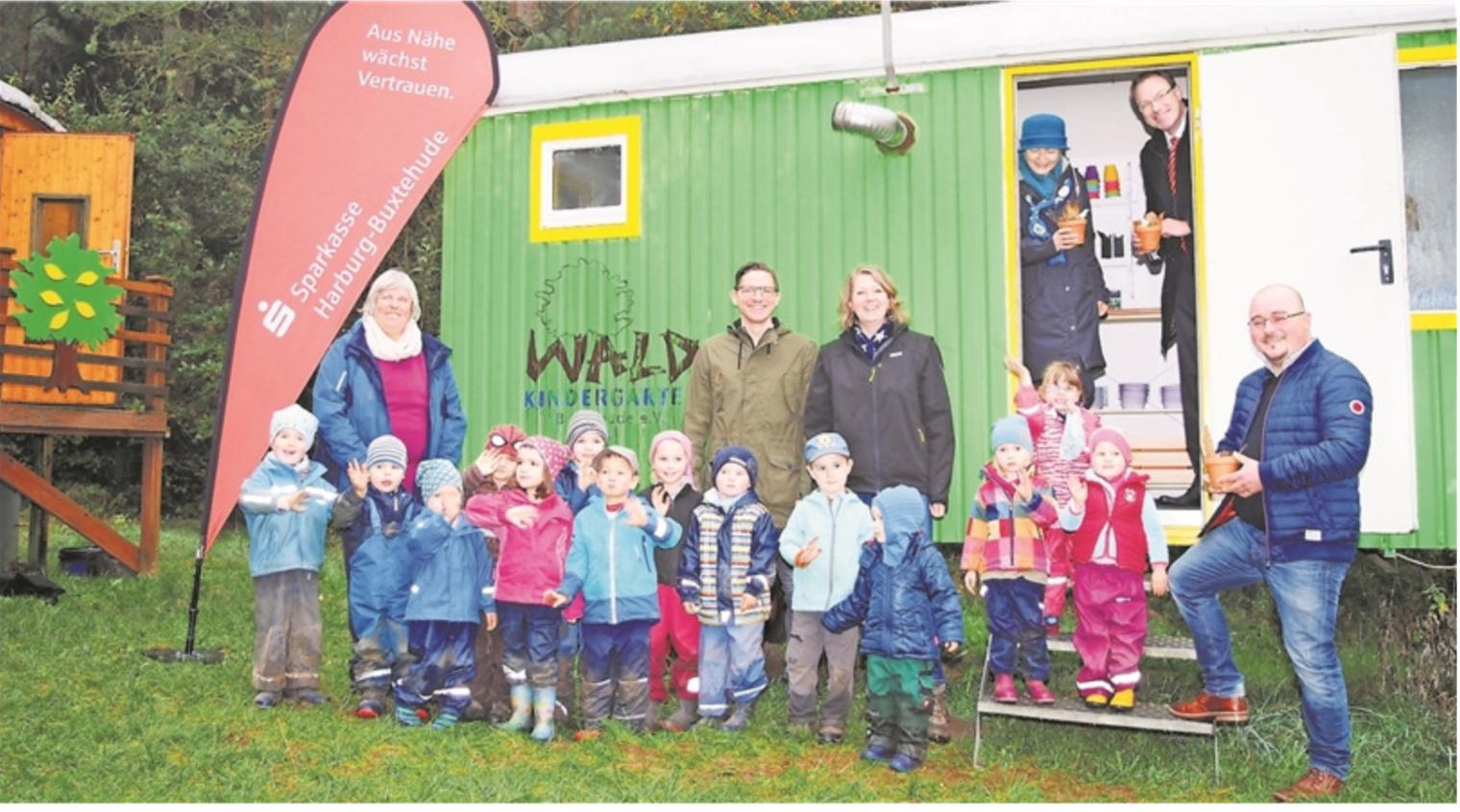 Sponsoren sowie Kinder und Erzieherinnen der Igel-Gruppe vor dem Küchenwagen für die Nachmittagsbetreuung im Waldkindergarten Ottensen.