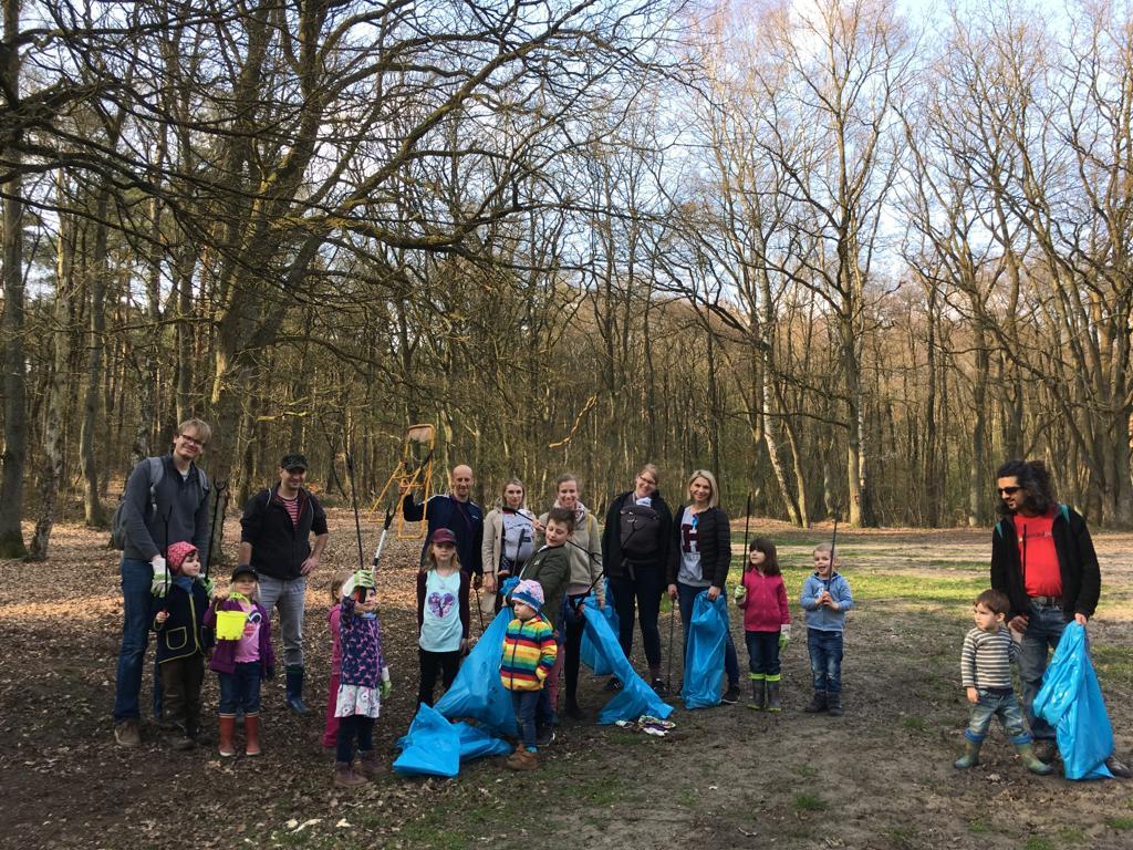 Kinder und Eltern sammeln Müll beim Bauwagen in Ottensen